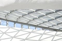 Een deel van de architecturale structuur die uit een metaalstructuur bestaan in de vorm van ruiten royalty-vrije stock fotografie