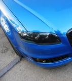 Een deel van de blauwe auto op de achtergrond van asfalt royalty-vrije stock foto's