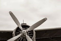 Een deel van de fuselage van het oude militaire vliegtuig met de propeller royalty-vrije stock afbeeldingen