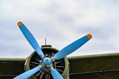 Een deel van de fuselage van het oude militaire vliegtuig met de propeller royalty-vrije stock foto