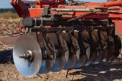 Een deel van de landbouwer, staal, ronde schijven op een rij Stock Fotografie