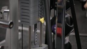 Een deel van de machtssimulator, waarin iemand werkt, laadt van gelijk gewicht die zich op en neer bewegen stock footage