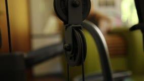 Een deel van de machtssimulator, waarin iemand werkt, laadt van gelijk gewicht die zich op en neer bewegen op een achtergrondmeis stock videobeelden