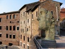 Een deel van de markten van Trajan met het beeldhouwwerk van een mannelijk hoofd in de voorgrond Mooie oude vensters in Rome (Ita stock foto