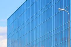 Een deel van de moderne nieuwe blauwe bouw met vensters Stock Afbeeldingen