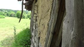 Een deel van de muur die geruïneerde oude en verlaten huizen is stock video