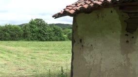 Een deel van de muur en het dak van een oud en verlaten huis stock videobeelden