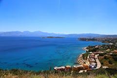 Een deel van de oostelijke Kretenzische kust Griekenland dichtbij Elounda, panorama van een deel van de stad en de oceaan in Kret royalty-vrije stock foto's