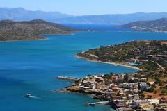 Een deel van de oostelijke Kretenzische kust Griekenland dichtbij Elounda, panorama van een deel van de stad en de oceaan in Kret Stock Foto's