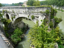 Een deel van de oude brug in Rome Stock Afbeelding