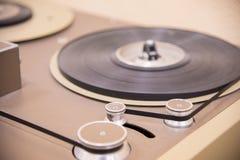 Een deel van de oude uitstekende bandrecorder is bruin met cassettes royalty-vrije stock afbeeldingen