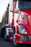 Een deel van de semi aanhangwagen van de vrachtwagen moderne rode cabine op parkeerterreinlicht Stock Afbeeldingen