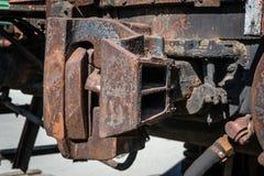 Een deel van de spoorweg verlaten roestige oude resten van het stoom voortbewegingsdepot stock foto's