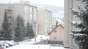 Een deel van de stad in de winter, het sneeuw bij straat, vlakke huizen, bomen en auto's stock footage