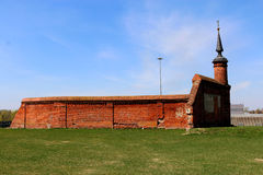 Een deel van de vestingsmuur met een toren Stock Foto's