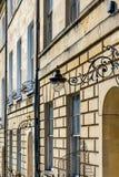 Een deel van de voorgevel van Marlborough-Gebouwen, Bad, Engeland met een steun van de smeedijzerlamp royalty-vrije stock afbeeldingen