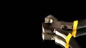 Een deel van draadscharen met geel, grijs handvat  stock footage