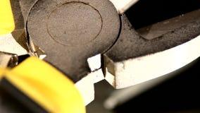 Een deel van draadscharen met geel, grijs handvat  stock video