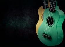 Een deel van een akoestische gitaar op een zwarte achtergrond Stock Fotografie