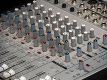 Een deel van een audio correcte mixer met knopen Stock Fotografie