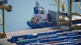 Een deel van een gedokt containerschip stock afbeeldingen