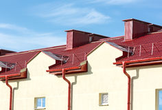 Een deel van een huis met dak en goot royalty-vrije stock afbeeldingen