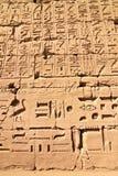 Een deel van een muur met hiërogliefen in Karnak, Egypte royalty-vrije stock fotografie