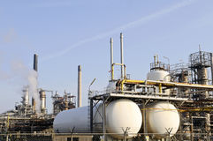Een deel van een olie en een chemische raffinaderij Stock Afbeeldingen