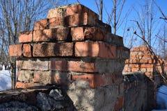 Een deel van een oude bakstenen muur die begon op te splitsen Royalty-vrije Stock Fotografie