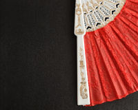 Een deel van een rode handventilator Stock Fotografie