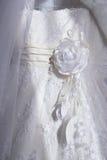 Een deel van een witte verfraaide kleding voor huwelijk Stock Afbeeldingen