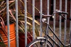 Een deel van fiets dichtbij de omheining Stock Afbeeldingen