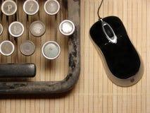 Een deel van geruïneerd toetsenbord met moderne muis royalty-vrije stock fotografie