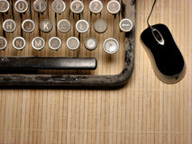 Een deel van geruïneerd toetsenbord met moderne muis Royalty-vrije Stock Afbeeldingen