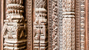 Een deel van gesneden houten deur op Hanuman Dhoka oud Royal Palace binnen Stock Afbeeldingen