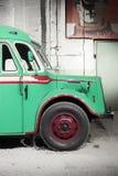 Een deel van groene oude retro bus Front Wheel Stock Afbeelding