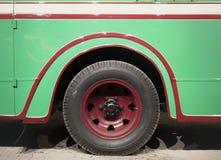 Een deel van groene retro bus Stock Afbeelding
