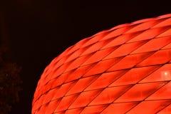 Een deel van het Allianz Arena van München in rode kleur stock foto's