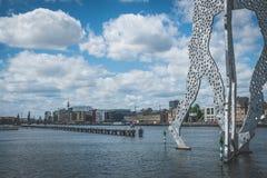 Een deel van het beeldhouwwerk van de Moleculemens in Berlijn stock afbeelding