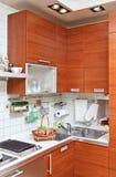 Een deel van het binnenland van de Keuken met houten meubilair Royalty-vrije Stock Foto