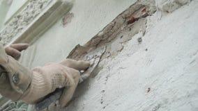 Een deel van het de handenpleister van de bouwvakker van grijze muur met groot spacklemes stock footage