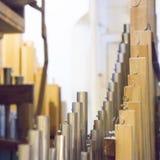 Een deel van het kerkorgaan met vele die luchtpijpen van metaal worden gemaakt royalty-vrije stock foto