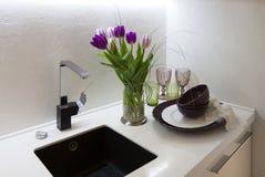 Een deel van het keukenbinnenland met tulpen Stock Foto's