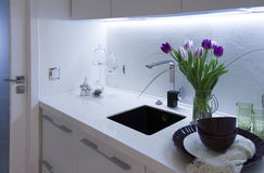 Een deel van het keukenbinnenland met tulpen Royalty-vrije Stock Afbeelding