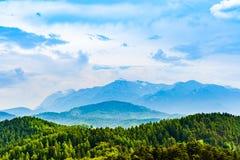 Een deel van het Postavarulmassief van de Roemeense bergen van de Karpaten liep stock afbeeldingen