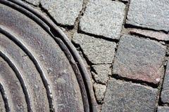 Een deel van het riool op de straatsteen royalty-vrije stock afbeeldingen