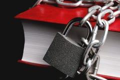 Een deel van het rode boek dat een ketting heeft verbond met het kettings hangende slot stock afbeelding