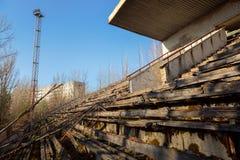 Een deel van het Verlaten stadion in Pripyat, de Uitsluitingsstreek 2019 van Tchernobyl royalty-vrije stock foto