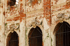 Een deel van het voorgevel oude geruïneerde verlaten gebouw Royalty-vrije Stock Afbeelding