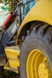 Een deel van het wiel en de cabine van zwaar industrieel graafwerktuig stock foto's